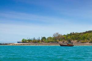 liten fiskebåt förtöjd i Thailand
