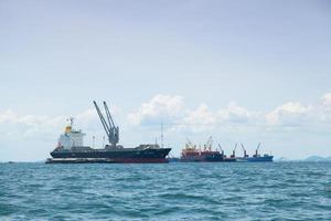 stora lastfartyg i Thailand foto