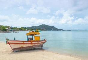 fiskebåt förtöjd på stranden i Thailand foto