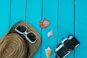 sommartillbehör på blå träbakgrund