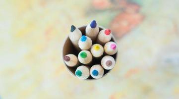 låda med färgpennor foto