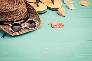 sommartillbehör på blå träbakgrund foto