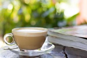 kaffe med bok på trä foto