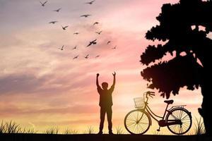 siluett man och cykel, frihet och koppla av koncept foto