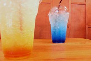 orange och blå drycker foto