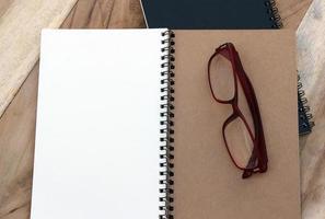 anteckningsbok och glasögon foto