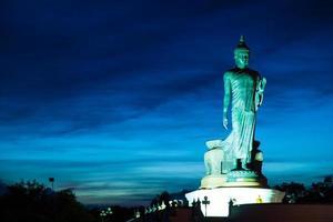 stor buddastaty i Thailand foto