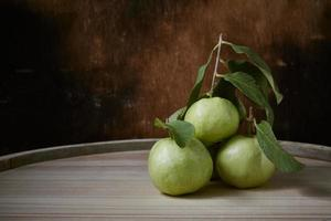 guava på trä foto