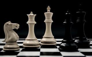 svartvitt schackuppsättning foto