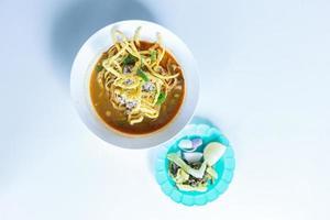khao soi skål på bordet foto