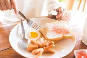 toast, ägg och korv till frukost