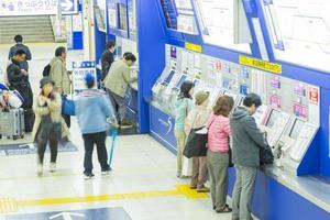 människor som köper tunnelbanebiljetter i tokyo foto