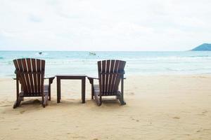 stolar och bord på stranden