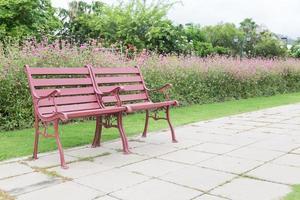 röd bänk i parken