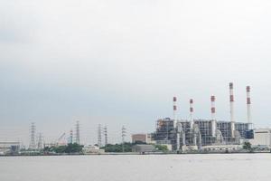 kraftverk vid floden i bangkok foto