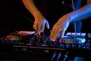 dj spelar skivspelare musik på nattklubben fest foto