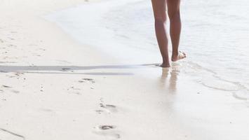 promenerar på stranden foto