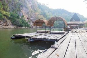 flottar på floden i Thailand