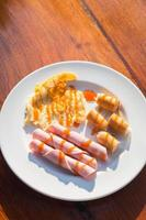 stekt ägg, skinka och korv