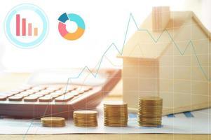 hus och ekonomi med miniräknare foto