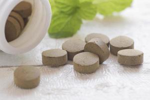 närbild av bruna växtbaserade tabletter