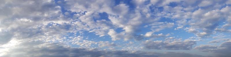 himmel med moln på en solig dag