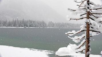 naturskönt vinterlandskap vid en frusen sjö foto