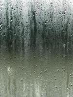 regn på ett fönster foto
