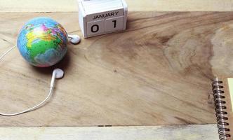 träkalender på skrivbordet foto