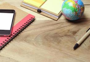 telefon på skrivbordsmock-up med skrivbordsartiklar foto