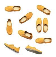 uppsättning gula skor på vitt