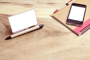 visitkort och telefonmodell på ett skrivbord foto