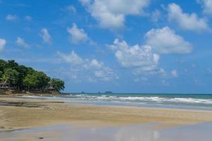 tropiskt hav med öar och himmel