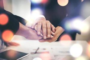 affärslaget förenar händerna tillsammans foto