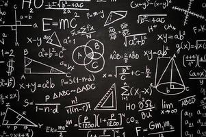 tavlan inskriven med vetenskapliga formler och beräkningar foto
