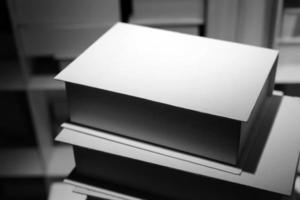 vita böcker på hylla bakgrund foto
