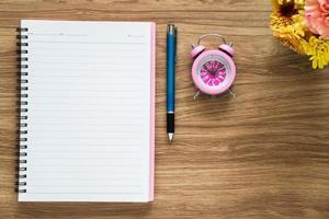 ovanifrån av tomt papper anteckningsbok på arbetsytan