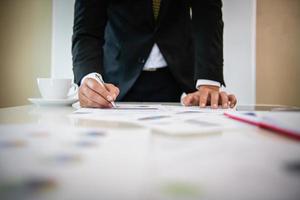 affärsmän som arbetar med dokument