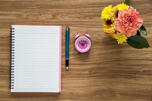 ovanifrån av tomt papper anteckningsbok på arbetsytan foto