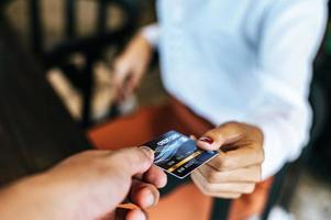 kvinna som skickar kreditkort för att betala för varor