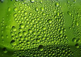 vatten på grön bakgrund foto