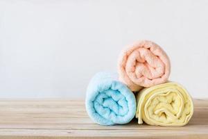 tre rullade handdukar