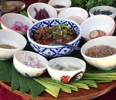thailändsk mat i skålar foto