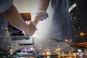 förhandlingar och affärsframgångskoncept, skakar hand foto