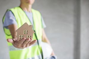 fastighetskoncept, ingenjör som håller husmodell, inspektionsbyggnad foto
