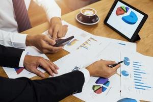 affärsekonomiskt team planerar och diskuterar marknadsföring på bordet foto