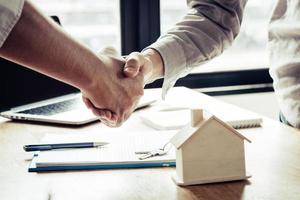 framgångsrikt avtal mellan köpare som skakar hand foto