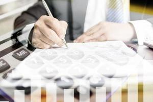 dubbel exponering signeringsdokument och kalkylator foto