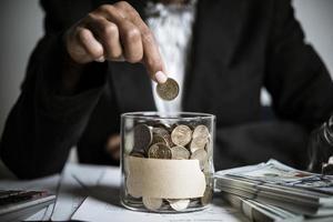 affärsman som ger pengardonation till välgörenhet foto