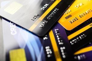 kreditkort staplade ihop foto